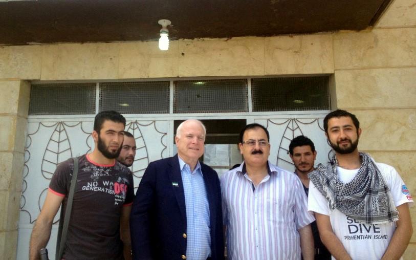 2017.03.09 Le sénateur McCain en Syrie, en compagnie de membre du groupe terroriste Tempête du Nord soutenu par les USA.syrie-mccain