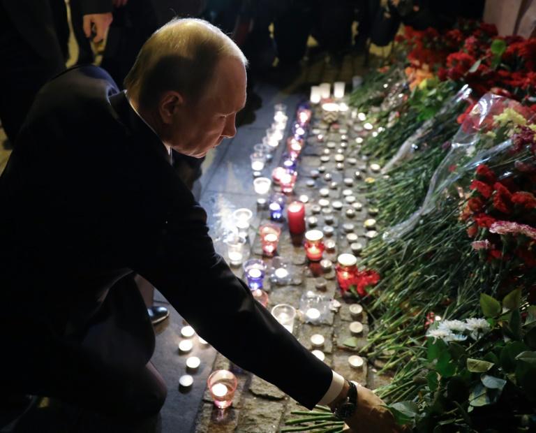 2017.04.04 le-president-russe-vladimir-poutine-rend-hommage-aux-victimes-sur-les-lieux-de