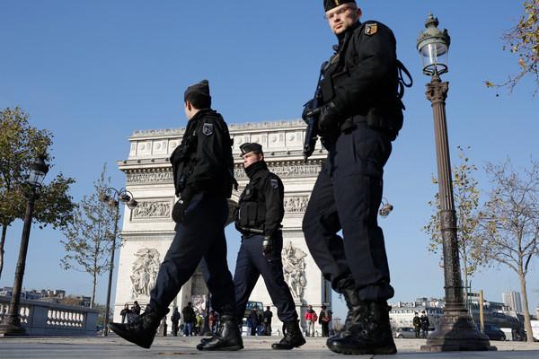 2017.04.21 Patrouille-gendarmerie-Champs-Elysees-apres-attentats-13-novembre-2015_1_1400_400