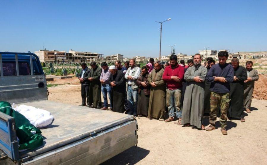 2017.05.04 1010480-des-syriens-de-khan-cheikhoun-prient-avant-d-enterrer-les-corps-des-victimes-de-l-attaque-de-gaz-tox