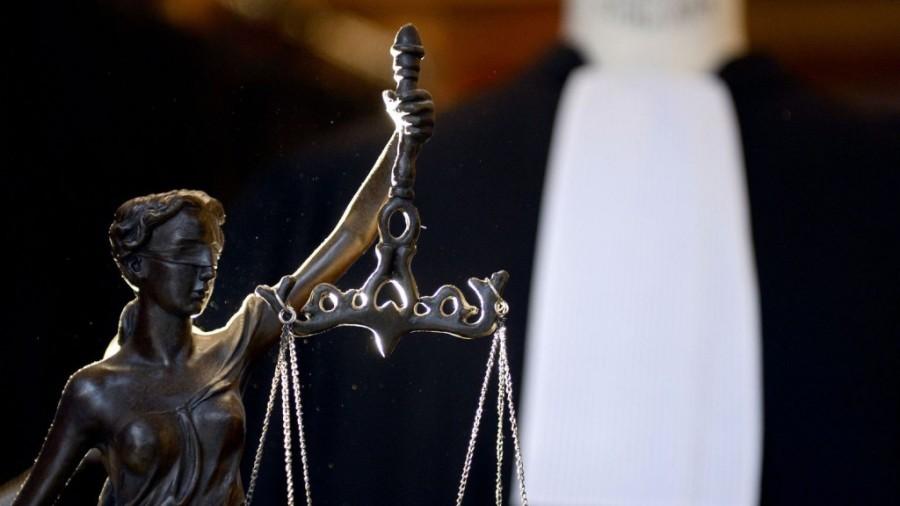 2017.05.11 une-robe-d-avocat-derriere-la-balance-de-la-justice-a-paris_4841541-1024x576