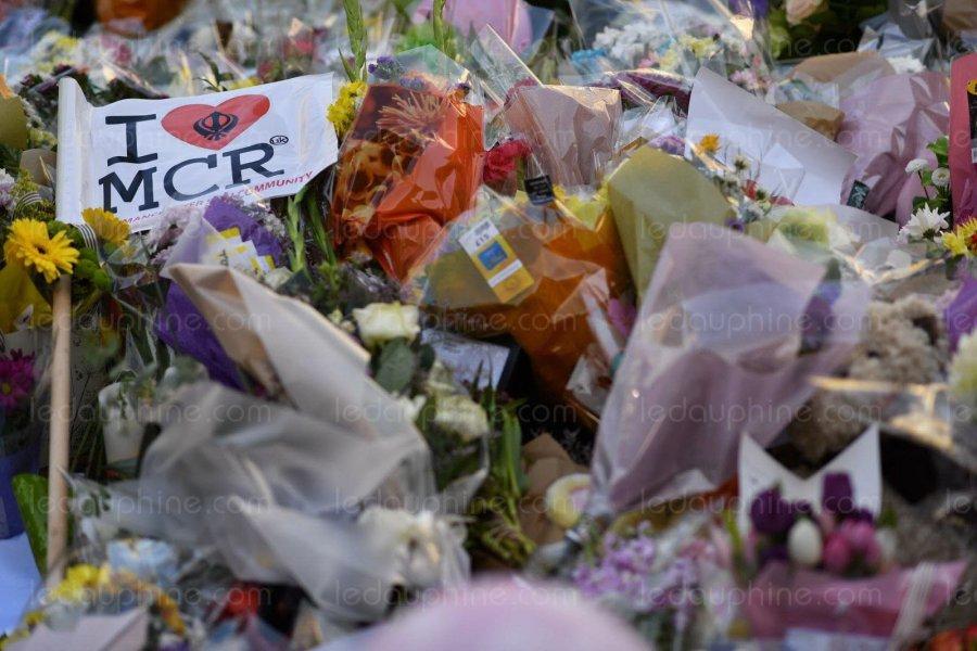 2017.05.27 le-royaume-uni-s-est-recueilli-ce-jeudi-en-observant-une-minute-de-silence-a-11-heures-en-hommage-aux-victimes-de-l-attentat-de-manchester-photo-afp-ben-stansall-1495748727
