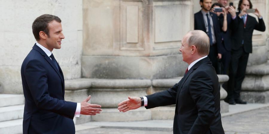 2017.05.31 Poutine-accueilli-par-Macron-au-Chateau-de-Versailles-pour-leur-premiere-rencontre