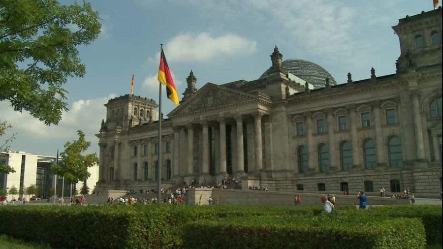 2017.06.31 292295615-place-de-la-republique-reichstag-quartier-du-gouvernement-drapeau-allemand