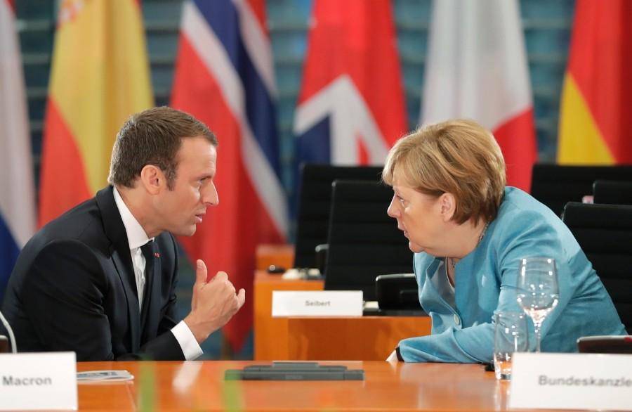 2017.08.22 MERKEL MACRONchanceliere-allemande-Angela-Merkel-president-francais-Emmanuel-Macron-Berlin-29-2017_1_1398_911