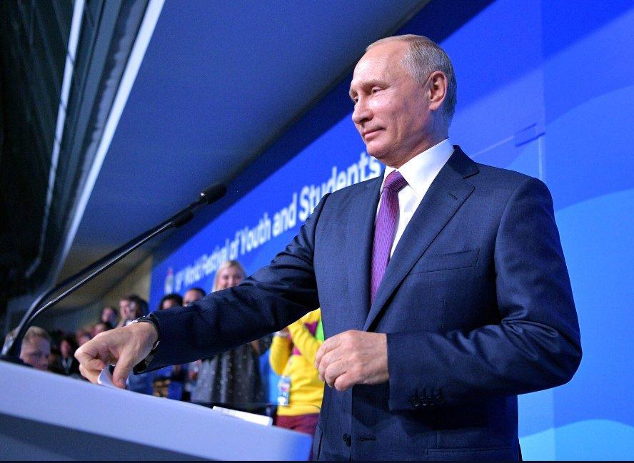POUTINE président Poutine, des groupes de jeunes venus de plusieurs autres nations ont défilé, chanté et joué au rythme d'une jeunesse mondiale ... DMMuBwfV4AAIRfy