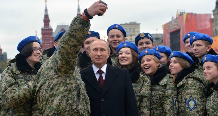 POUTINR Photo ci-dessus de Poutine entouré de jeunes de l'académie du F.S.B. actuel et digne successeur du K.G.B. 116221021