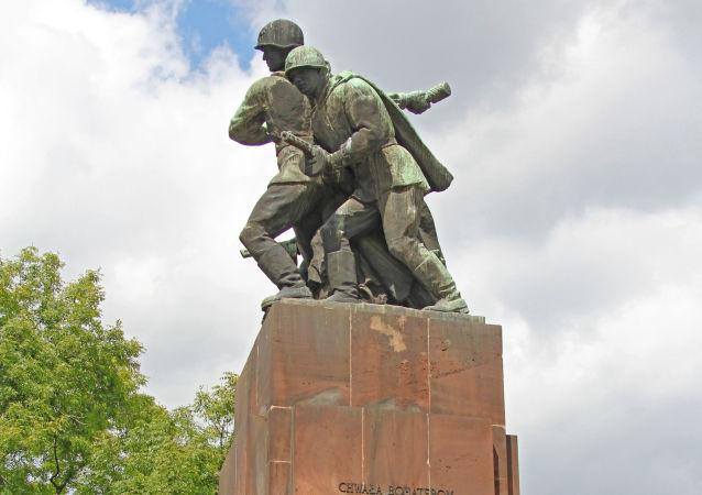 POLOGNE Monument aux soldats soviétiques à Varsovie1024323902