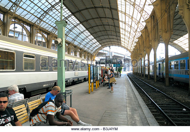 SNCF NICE an-interior-view-of-nice-railway-station-on-the-cote-dazur-france-b3j4ym