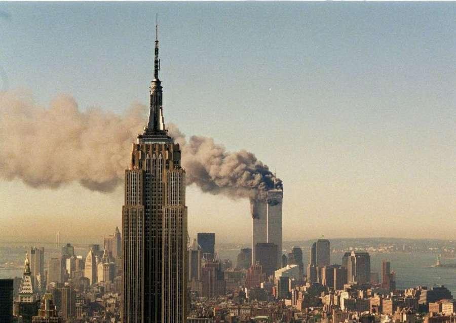 USA 9-11 les-twin-towers-tours-jumelles-en-feu-avec-au-premier-plan-un-autre-monument-symbole-de-new-york-l-empire-state-building