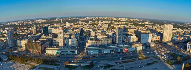 varsovie-pologne-ao-t-vue-panoramique-aérienne-au-centre-ville-de-la-capitale-polonaise-au-coucher-du-soleil-du-palais-77163490