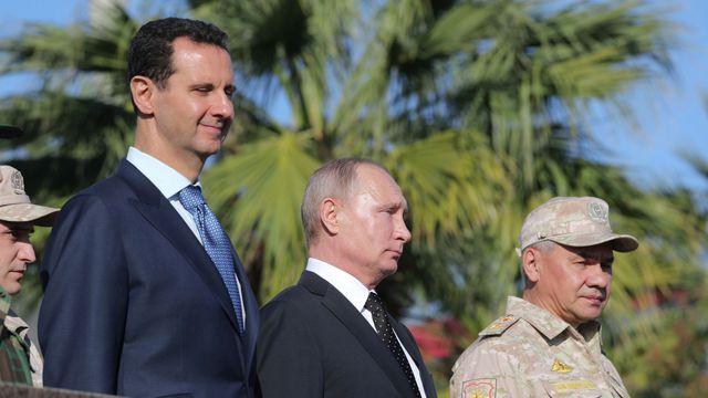 RUSSIE SYRIE le-dirigeant-syrien-bachar-el-assad-a-recu-vladimir-poutine-et-le-ministre-de-la-defense-serguei-shoigu-a-la-base-de-hmeymim-dans-la-province-de-lattaquie_5990706