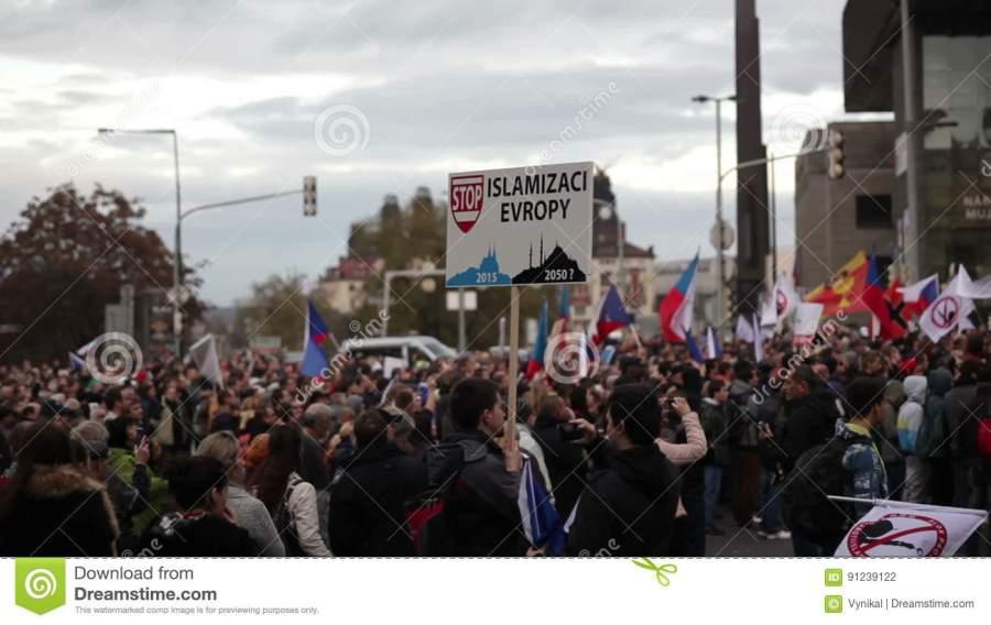 TCHEQUE prague-république-tchèque-le-novembre-la-démonstration-contre-l-islam-et-les-réfugiés-à-prague-bannière-arrêtent-l-91239122