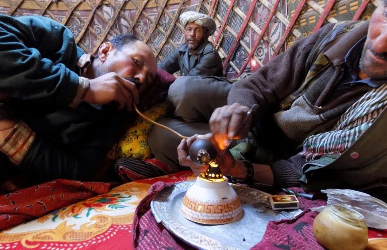 AFGHANISTAN des-hommes-de-la-tribu-wakhi-fument-de-l-opium-dans-le-corridor-de-wakhan-en