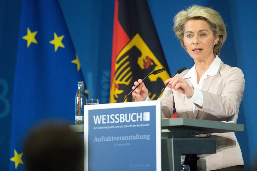 ALLEMAGNE la ministre fédérale de la Défense Ursula von der Leyen bundeswehr_weissbuch_2016_55926192_1000