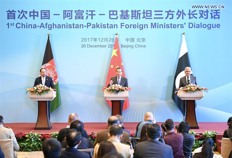 CHINE Chinese Foreign Minister Wang Yi (C), Afghan Foreign Minister Salahuddin Rabbani (L) and Pakistani Foreign Minister Khawaja Muhammad Asif, 136853473_15142963856741n