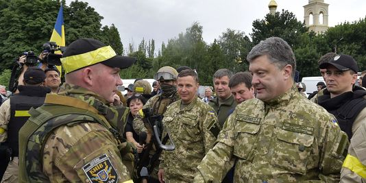 UKRAINE ARMEE 4455340_3_9b00_le-president-porochenko-a-sloviansk-le-8_5325bf48f0c0e5cb3de7ba5d45a726d1