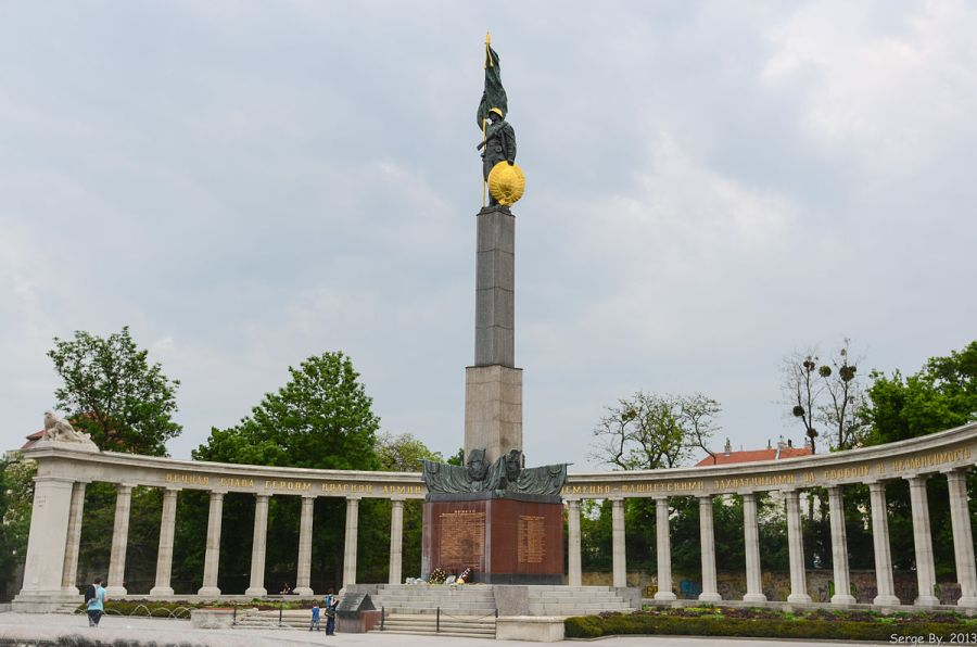 autriche Monument to the Liberation of Vienna in WWII by the Russian armed forces.Soviet_War_Memorial_(8755400714)