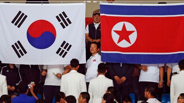 COREE NORD & SUD le-drapeau-de-la-coree-du-sud-et-celui-de-la-coree-du-nord-sont-brandis-ensemble-lors-des-jeux-asiatiques-le-20-septembre-2014_5999316-2