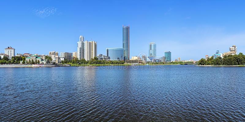 Russie ville Iekaterinenbourg panorama-d-iekaterinbourg-ville-de-l-étang-de-ville-russie-65234634