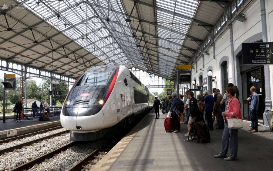 SNCF le-tgv-l-oceane-a-fait-son-entree-ce-dimanche-en-gare-de-pau-avec-un-retard-d-un-quart-d-heure