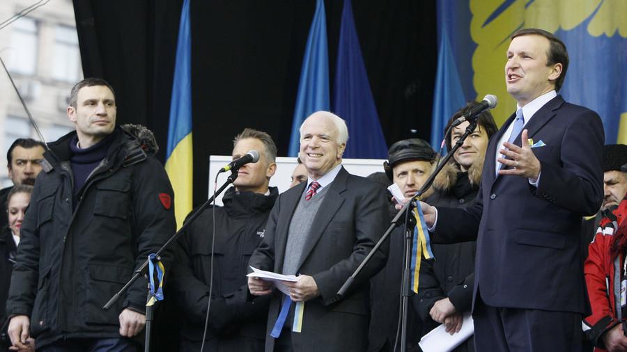 USA Les sénateurs américains Chris Murphy et John McCain sur scène avec des militants de l_opposition à Kiev, en Ukraine, en décembre 2013 5aa0d545dda4c8ad538b45aa