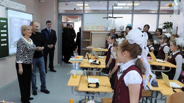 vladimir-poutine-2e-g-visite-une-ecole-dans-la-ville-de-cheryomushki-en-siberie-le-19-decembre-2011_4004101
