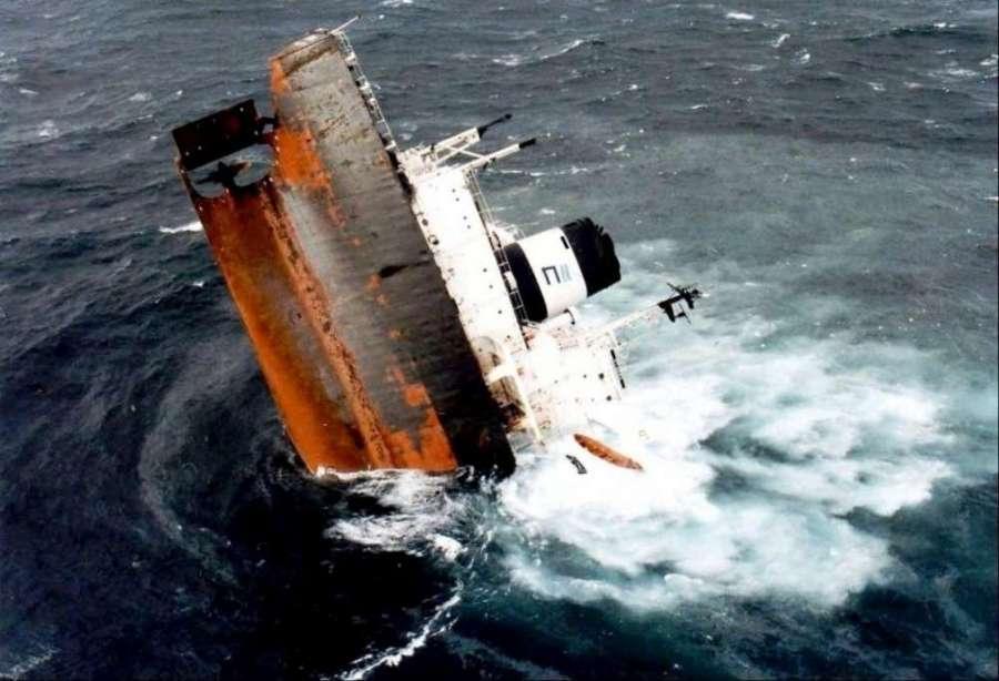 NAUFRAGE la-partie-arriere-de-l-erika-un-bateau-de-180-metres-de-long-s-enfonce-dans-l-ocean-apres-sa-dislocation-le-12-decembre-1999