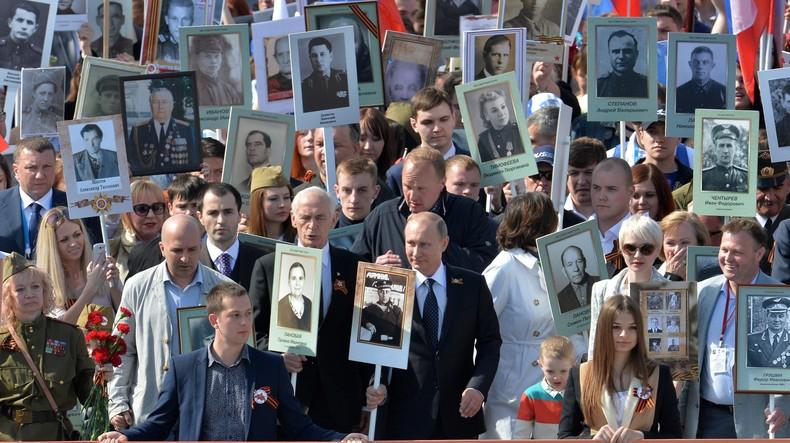 russie Vladimir Poutine en tête de la marche du «Régiment immortel» 554e2a2ac46188ed328b45d3
