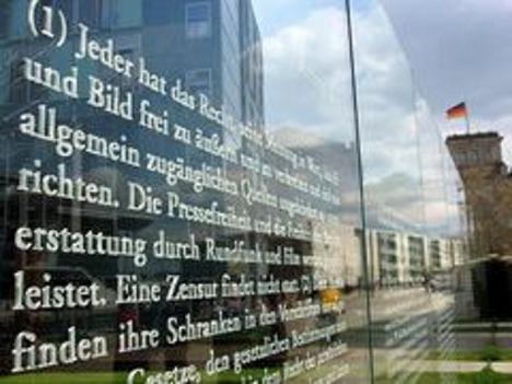allemagne Loi fondamentale est le texte constitutionnel qui a servi de ferment à la démocratie en Allemagne depuis tout juste 60 ans.
