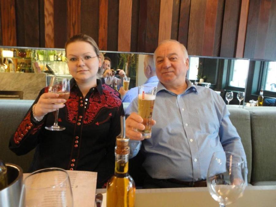 angleterre skripal_zizzi Sergey Skripal avec sa fille Yulia dans leur restaurant préféré Zizzi à Salisbury.