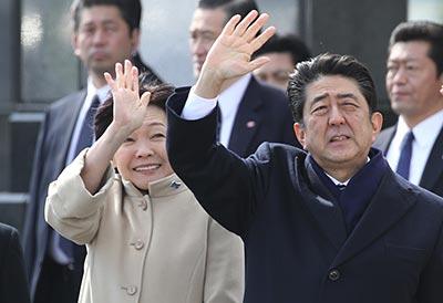 chine-monde Le 12 mai à Hokkaido, Shinzo Abe et son épouse saluent Li Keqiang à son départ du Japon. _052018_10