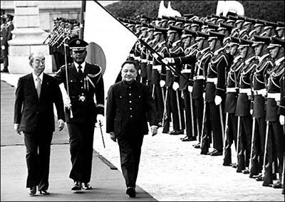 chine-monde Le 23 octobre 1978, à l_occasion de sa visite au Japon où il fut accueilli par le premier ministre Fukuda (photo), Deng Xiaoping a officialisé le traité de paix et d_