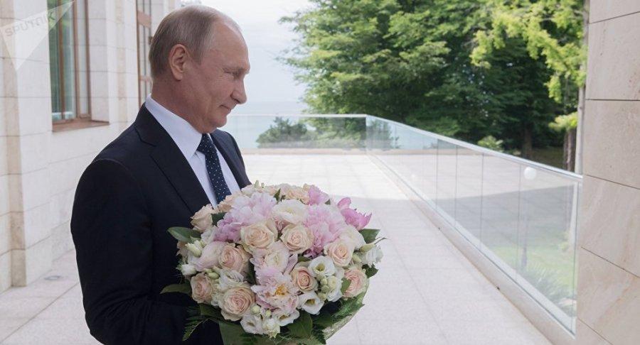 RUSSIE POUTINE ATTEND MERKEL 1036430731