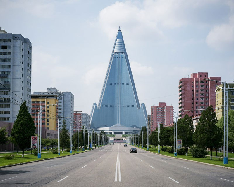 COREE NORD pyongyang-north-korea-vintage-architecture-photo-essay-by-raphael-olivier-5