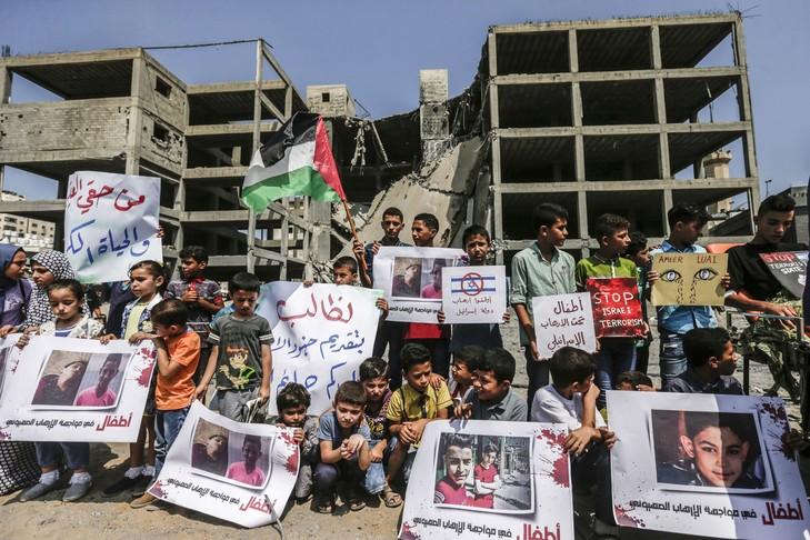 PALESTINE jeunes-palestiniens-manifestent-devant-limmeuble-adolescents-trouve-suite-raids-israeliens-veille-Gaza-15-juillet-2018_0_729_486