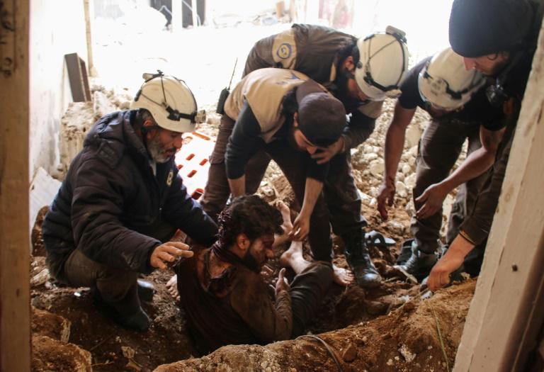 SYRIE des-casques-blancs-syriens-extraient-un-blesse-des-decombres-de-sa-maison-apr