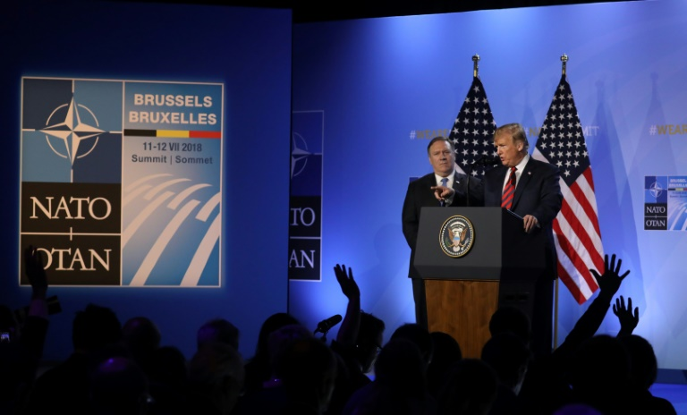 OTAN le-president-americain-donald-trump-au-cote-de-son-secretaire-d-etat-mike-p