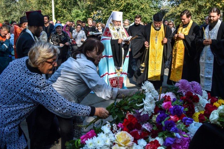 RUSSIE Des gens déposent des fleurs à Kertch lors d'une cérémonie d'hommages à la tuerie du lycée polytechnique, le 18 octobre 2018 185617