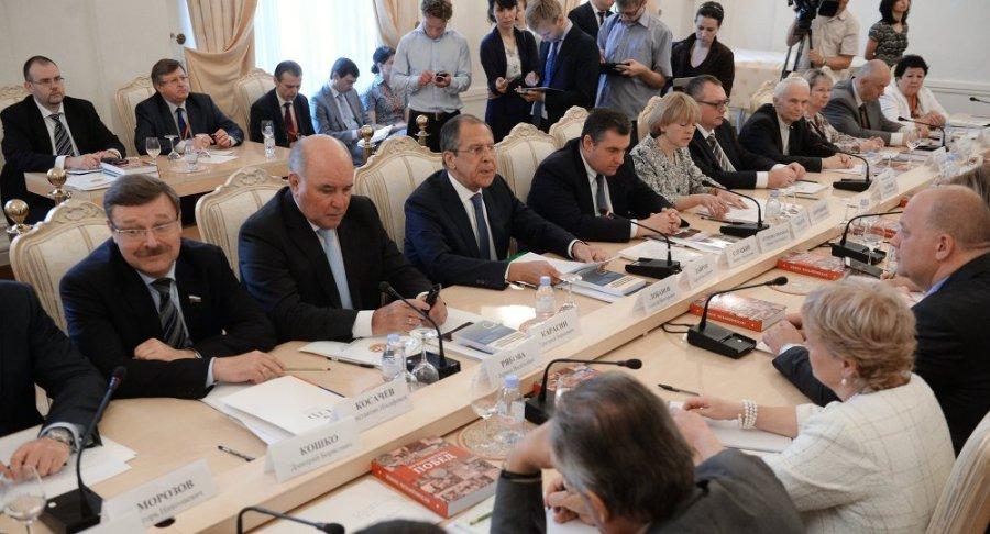 russie Sergueï Lavrov avec les membres du Conseil mondial de coordination des compatriotes russes 1016317117
