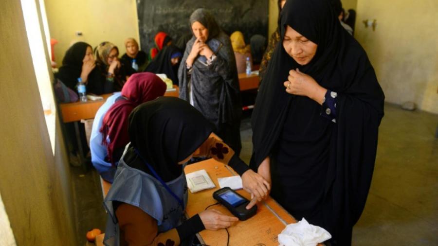 AFGHANISTAN Une employée électorale enregistre l'empreinte biométique d'une votante lors des législatives, le 20 octobre 2018 à Hérat, en Afghanistan 35c0536cb538158a19361b6e25d