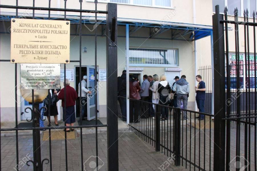 POLOGNE UKRAINE 14819189-les-gens-faire-la-queue-pour-le-consulat-général-de-pologne-à-lutsk-ukraine-gagner-consulat-scandale-dyn