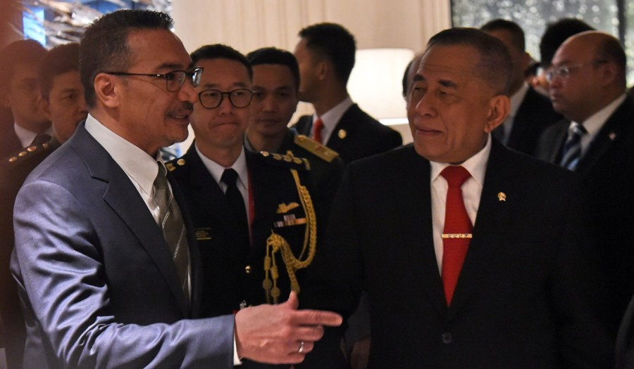 Malaysian Defence Minister Hishammuddin Tun Hussein (L) and Indonesian Defence Minister Ryamizard Ryacudu. PhotoAFP436f96c6-4904-11e7-935d-dac9335a3205_1320x770_171842