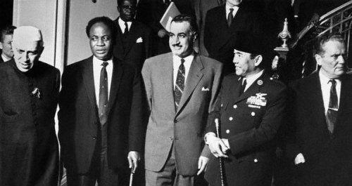Cinq piliers du mouvement des non-alignés - de gauche à droite - Nehru, Nkroumah, Nasser, Soekarno et Tito. nam_nehru_nkrumah_nasser_sukarno_tito-6b216-b0d18