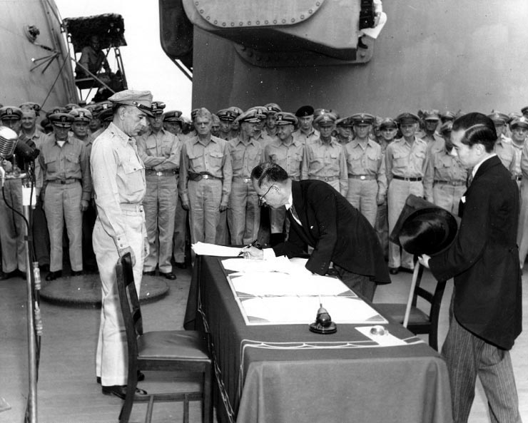 JAPON CAPITULA Shigemitsu-signs-surrender