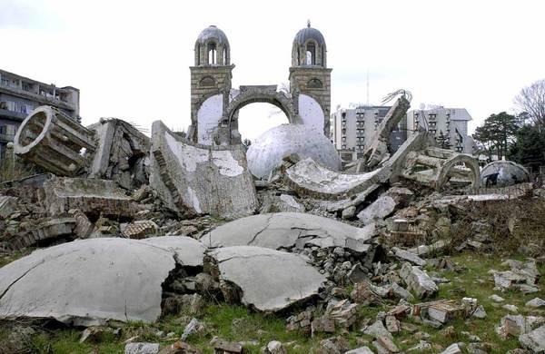 OTAN Les ruines d'une cathédrale orthodoxe serbe à Djakovica (Kosovo), dynamitée en juillet 1999.1477473508233334688