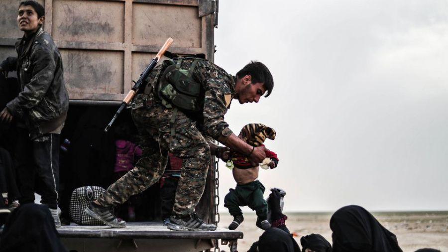 syrie un-combattant-des-forces-democratiques-syriennes-fds-durant-l-evacuation-de-femmes-et-enfants-du-dernier-reduit-du-groupe-etat-islamique-ei-le-26-fevrier-2019-dans-la-province-de-deir-ezzor_6155960
