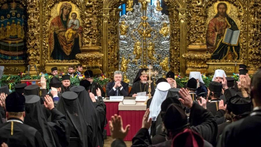 UKRAINE Le-président-Porochenko-au-milieu-des-évêques-de-la-nouvelle-Eglise-orthodoxe-ukrainienne-unifiée-www.president.gov_.ua-2