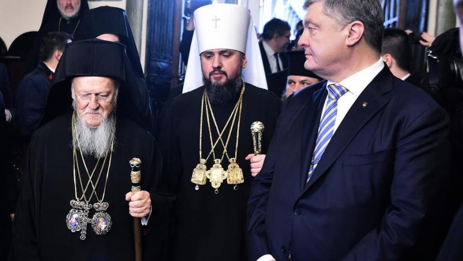 UKRAINE Le président ukrainien Poroshenko (d), le patriarche Bartholomée Ier (g) et Mgr Epiphane, à la tête de l'Eglise orthodoxe d'Ukraine000_1bz6sh_0
