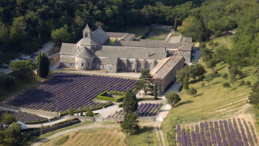 FRANCE 872044215-abbaye-notre-dame-de-senanque-gordes-vaucluse-departement-champ-de-lavande